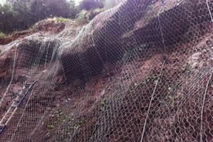 Estabilización de talud con bulones, malla y cables.
